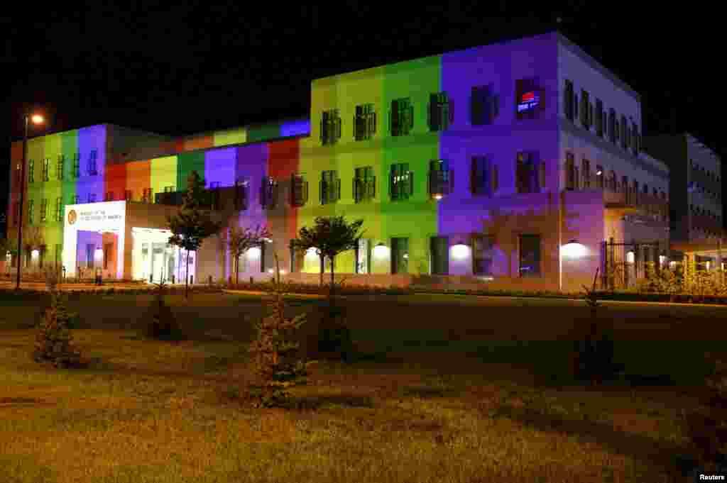 نورپردازی سفارت ایالات متحده آمریکا در بوسنی و هرزگوین، به مناسبت روز جهانی مبارزه با همجنسگراستیزی، دوجنسگراستیزی و تراجنسگراستیزی تغییر کرده است.
