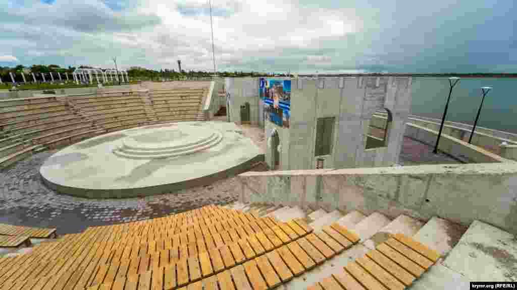 Амфітеатр на 650 місць, схоже, поки закінчений «по-чорному», тобто, без обробки всіх бетонних конструкцій