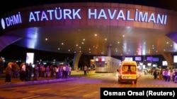Машина скорой помощи подъезжает к зданию аэропорта вскоре после взрывов, вечер 28 июня 2016