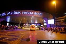Карети швидкої допомоги біля аеропорту імені Ататюрка після теракту. 28 червня 2016 року