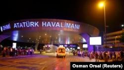 Машина скорой помощи подъезжает к зданию аэропорта вскоре после взрывов, вечер 28 июня 2016 г.
