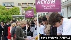 Prikupljanje potpisa podrške za REKOM, Podgorica, april 2011.