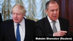 Russian Foreign Minister Sergei Lavrov (right) and British Foreign Secretary Boris Johnson in Moscow on December 22