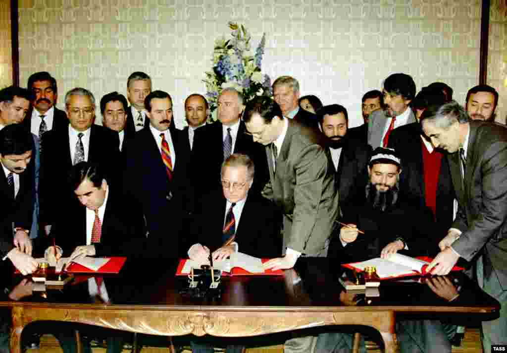 Tajik government and oppostion figures sign a cease-fire deal in Dushanbe in December 1996 (TASS)