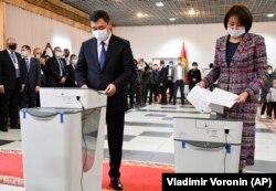 Kyrgyz President Sadyr Japarov and his wife, Aigul Asanbaeva, cast their ballots at a polling station in Bishkek.