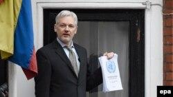 Джулиан Ассанж на балконе посольства Эквадора в Лондоне.