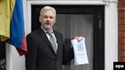 Oсновачот на Викиликс, Жулијан Асанж зборува пред медиумите од балконот на Еквадорската амбасада во Лондон на 5 февруари 2016