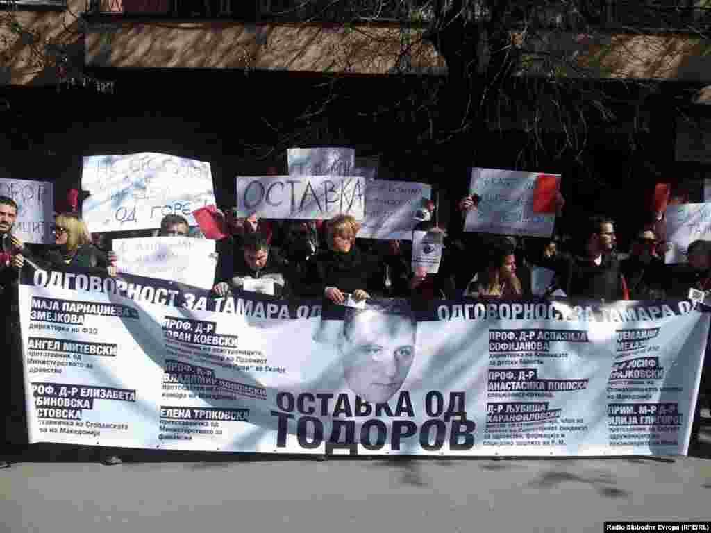 МАКЕДОНИЈА - Љупчо Стојановски, дедото на Тамара која почина чекајќи операција во странство, е осуден на седум години и шест месеци затворска казна за обид за убиство на поранешниот министер за здравство Никола Тодоров.