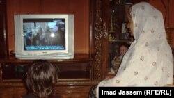 سيدة عراقية تتابع برامج تلفزيونية بعد الإفطار