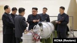 Лидер Северной Кореи Ким Чен Ын дает указания ученым-ядерщикам у термоядерного взрывного устройства (вероятно, макета), фото государственного агентства ЦТАК. По сообщению Пхеньяна, это было 2 сентября 2017 года, за день до испытания