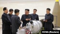 Лідер Північної Кореї Кім Чен Ин (с) дає вказівки вченим-ядерникам біля термоядерного вибухового пристрою (ймовірно, макета), фото державного агентства ЦТАК. За повідомленням Пхеньяна, це було 2 вересня 2017 року, за день до випробування