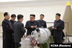 Лідэр КНДР Кім Чэн Ын з навукоўцамі