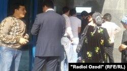 Люди у входа в медицинское учреждение в Душанбе. Иллюстративное фото.
