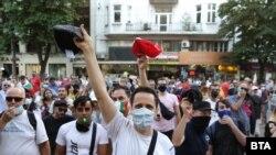 Протестиращи с каскети в ръце пред Съдебната палата в София
