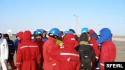 Қарабатанда еңбек талабымен наразылық акциясына шыққан мердігер компаниялардың жұмысшылары. Атырау облысы, 20 желтоқсан 2008 жыл.