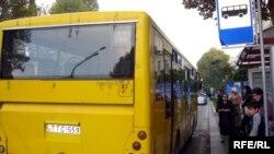 Şəhərdə kiminsə avtobusun qabağına qaçıb avtobus saxlaması yerli-dibli müşahidə olunmur