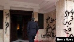 تصویری از در ورودی منزل مهدی کروبی