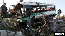 На месте нападения на автобус с новобранцами у афганского города Джелалабад. 11 апреля 2016 года.