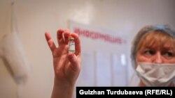 Кыргызстан коронавируска каршы 29-марттан тарта кытай вакцинасы менен эмдөөнү баштаган.