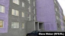 Один из реконструированных домов в Темиртау, где часть квартир сданы в аренду переселенцам из депрессивных районов Карагандинской области. Темиртау, 19 сентября 2012 года.