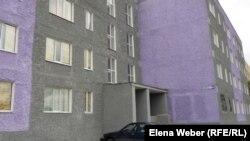 Бір бөлігі қоныс аударушыларға берілген үйдің сыртқы көрінісі. Теміртау, 19 қыркүйек 2012.