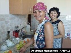 Учредитель центра Asar Гульнар Асанова (на переднем плане) и медсестра Раушан Амирханова. Алгабас, 12 июля 2016 года.