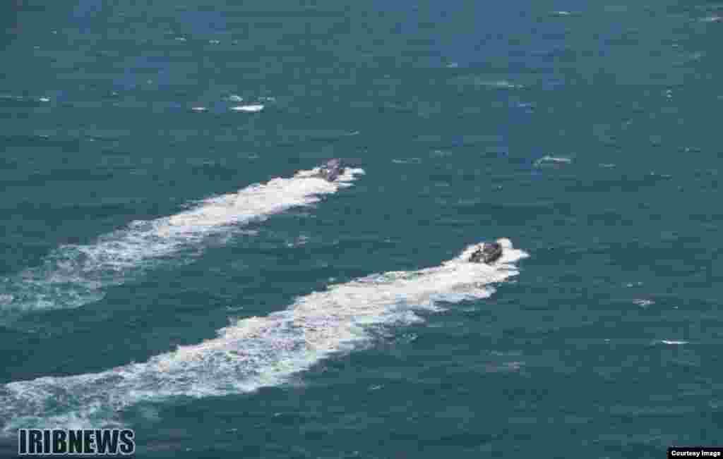 قایق ملوانان آمریکایی پس از آزادی در آبهای خلیج فارس
