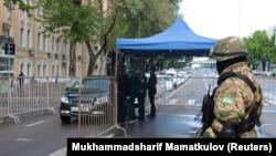 Сотрудники сил безопасности Узбекистана на контрольно-пропускном пункте в Ташкенте. 9 апреля 2020 года.