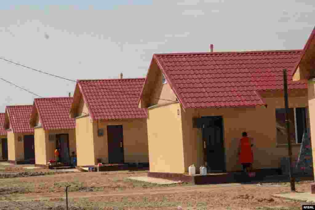 Новые дома жителей Шанырака, оставшихся из-за наводнения без крова. Микрорайон Саялы. 11 июля 2009 года.