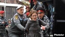 Ոստիկանները բերման են ենթարկում ցուցարարին, Երևան, 2-ը դեկտեմբերի, 2013թ.