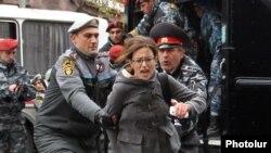 Ոստիկանները բերման են ենթարկում բողոքի ցույցի մասնակցին, Երևան, 2-ը դեկտեմբերի, 2013թ․