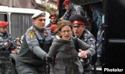 Ереванская полиция задерживает участников акции протеста в день визита Путина