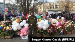 Цветы и игрушки возле сгоревшего ТЦ «Зимняя вишня» в Кемерове. Архивное фото.