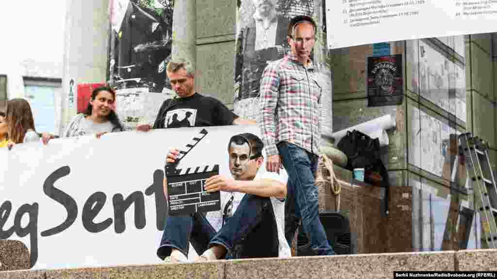 Активісти влаштували перформанс і надягли маски Путіна, Меркель, Трампа і Сенцова. «Путін» надягнув тюремну робу на «українського режисера», забрав у нього кіношну хлопавку і посадив у в'язницю