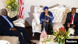 Президенты Сьера-Леоне Эрнест Бай Корома (слева), президент Либерии Эллен Джонсон Сирлиф (в центре) и президент Гвинеи Альфа Конде (справа) во время встречи в Конакри 1 августа