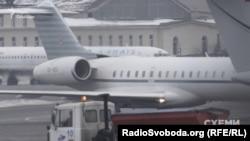 Літак Bombardier Global Express 6000 заходить на посадку в аеропорту «Київ»