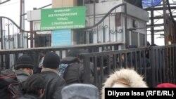 У контрольно-пропускного пункта на казахстанско-узбекской границе.