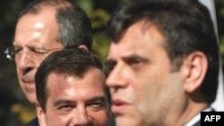 Предвыборная кампания Медведева состояла из многочисленных визитов в регионы и за рубеж