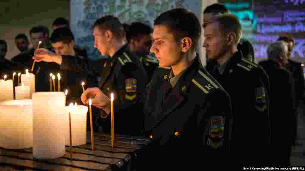 Курсанти Національної академії Служби безпеки України та всі учасники вечора покладають свічки та встановлюють їх на Вівтар пам'яті
