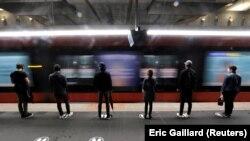 Соблюдающие дистанцию пассажиры стоят на платформе метро в Ницце после ослабления карантинных мер во Франции. 11 мая 2020 года.