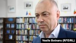 """Valeriu Pasat dăruieşte cărţile sale bibliotecii """"B.P. Hasdeu"""""""