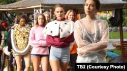 Модели представляют подные в этом сезоне смирительные рубашки, Томск, 12 августа 2018