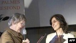 شیرین اردلان در حال دریافت جایزه به نمایندگی از خواهرش (عکس از AFP)