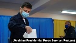 Президент Володимир Зеленський голосує в Києві під час місцевих виборів. 25 жовтня 2020 року