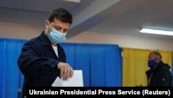 Президент Владимир Зеленский голосует в Киеве во время местных выборов. 25 октября 2020 года
