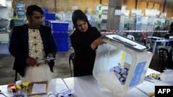 Сотрудники афганской избирательной комиссии ведут подсчет бюллетеней. 17 апреля 2014 года.