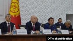 Баткен шаарында өткөн кеңешме. Акрам Мадумаров, Жеңиш Разаков, Өткүрбек Жамшитов жана Орозбек Опумбаев (солдон оңго).