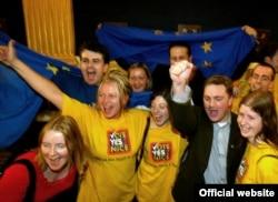 Прихильники Договору Ніцци святкують перемогу на повторному референдумі в Ірландії у жовтні 2002 року