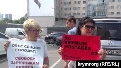 Актиисты у здания представительства Европейского Союза в Украине