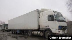 Грузовик, следующий с товаром из Узбекистана в соседний Кыргызстан. Иллюстративное фото.